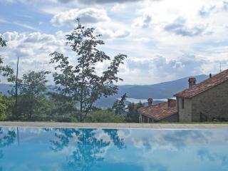 Vallorsaia, Villa nel verde con piscina privata