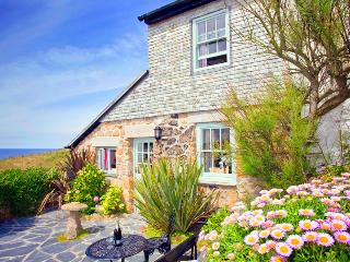 LITTLE PETRA, Charming cornish cottage by the beach with lovely garden and views