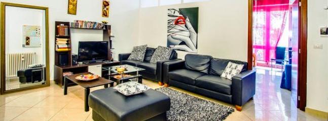 ampio soggiorno con 3 divani 3 posti , tv 32 , hi fi con mp3,50 dvd, lettore dvd, angolo cottura