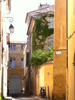 Clovis Hugues street is ideally situated in the historical heart of Aix en Provence.