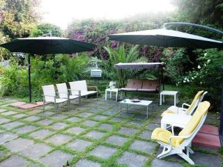 giardino ospiti con dondolo e poltroncine