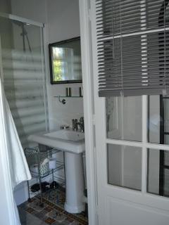 Salle de bain lumineuse avec linge fourni (peignoirs, et serviettes)