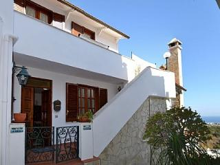 2 bedroom Villa with Air Con, WiFi and Walk to Beach & Shops - 5228943
