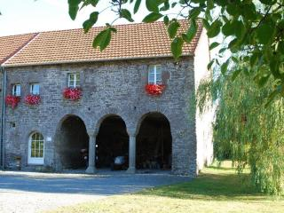 Batiment annexe du XVI ème siècle avec arcades et chambres d'hôtes au dessus