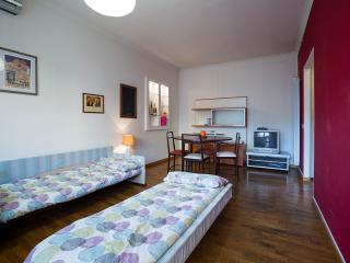 Sofa bed in dining room - Divano letto nel soggiorno
