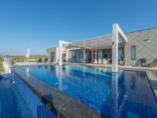 Villa Martin with private pool & sunset ocean view, Akrotiri