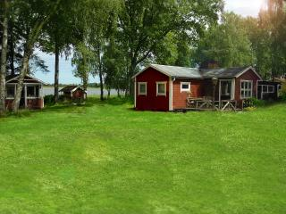 Till höger: stora stugan. Till vänster: mellanstugan. Right: the bigger cabin. Left: a smaller one.