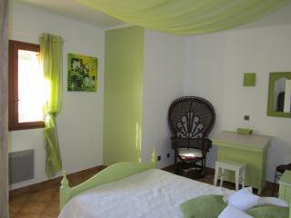 chambre double romantique décor Emmanuelle avec pupitre lit BB à la demande