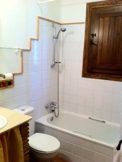 En suite bathroom to the yellow room