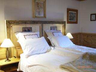 Les Andreys, chambre 'Le fenaud', le grand lit