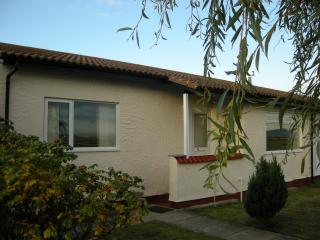 Catref bungalow ideal to explore North Wales, 2 mins walk to beach & great views