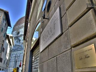 50 meters from the Dome, cool one bedroom apartment with satellite TV and wifi access, Florence
