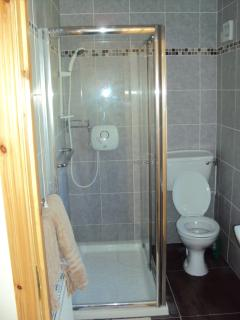 En suite (one of two bathrooms)