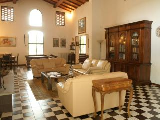 Beautiful villa in the middle of a nature reserve with private outdoor pool, terrace and garden, sleeps 10, San Gimignano