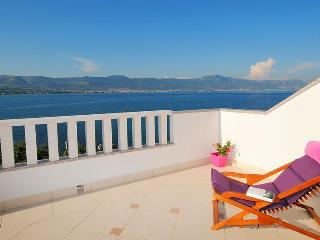 Lovely view apartment at seafront, Arbanija