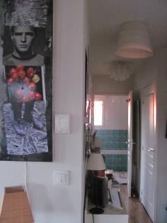 Le couloir vers la chambre , la salle de bain et les toilettes