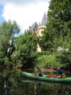 Family canoeing on the vezere