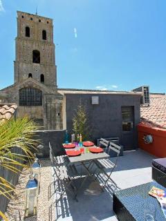 Repas sur la terrasse devant St Trophime