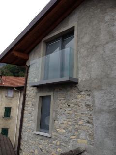 balconata in vetro, vista esterna e particoalre finestra camera matrimoniale