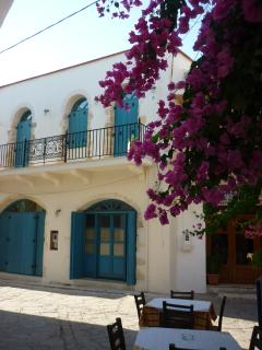 Villa Aposperitis: Facade côté village