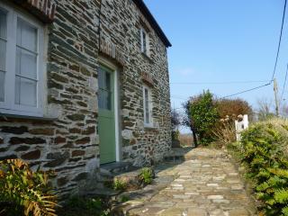 ROCK COTTAGE- lovely cottage in historic village