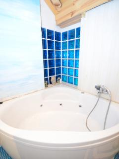 batroom with jakuzzi-massage bath
