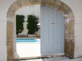 Family friendly house with heated courtyard pool sleeps 10
