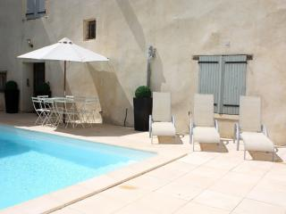 Family friendly house with heated courtyard pool, Pouzolles