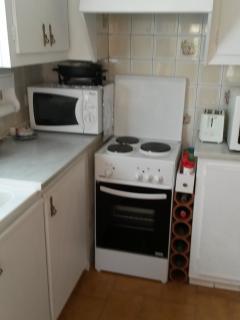 cuisine, frigo double porte, cuisinière four, four micro-onde, lave-vaisselle