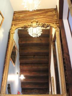 Cage d'escalier vue dans le miroir