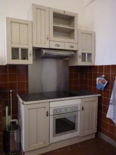 Espace cuisson: hotte, plaques à induction, four à pyrolyse et porte froide