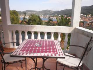 Green apartment (sea view, terrace, for 2), Vis