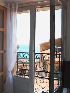Admire the sea view from the pretty Juliette balcony