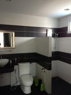 ensuite with hot/cold shower