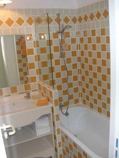 Salle de bains 1, baignoire, lavabo, sèche-serviettes électrique