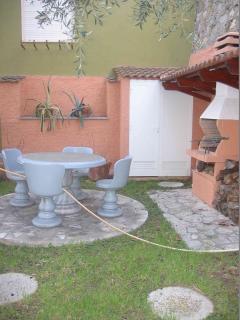 giardino con tavolo