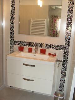 meuble salle de bain avec miroir et éclairage, porte coulissante pour accès salle de bain