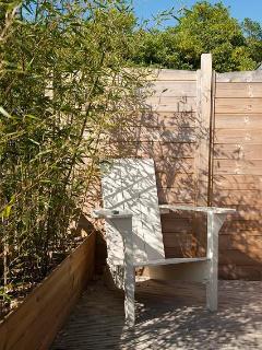 La terasse des maisons 2 à 4 personnes - et sa chaise détente.