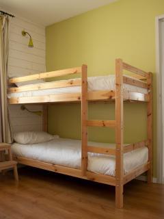 La chambre avec le lit superposé des maisons 2 à 4 personnes