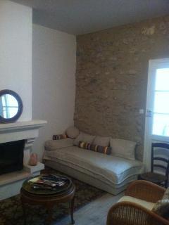 Séjour R-de-C avec lit simple (90x190cm) canapé et fauteuils, TV, table.