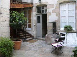 La cour intérieure au calme avec plantes et table et chaises pour se détendre