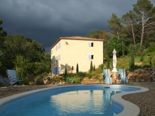 La Bastide des Templiers Guest House and pool
