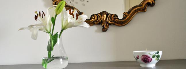 Particolare dello specchio antico nella camera matrimoniale