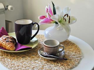 La colazione in camera sul tavolino di fronte alla finestra