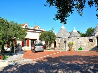 Trulli Castellana - Charming 4 bedroom trullo with heated pool, Wifi and air con