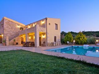 Villa Satra - Traditional Villa with Large Pool, Rethymno