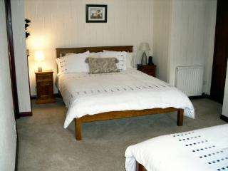 Large bedroom with 1 Kingsize and 2 single beds