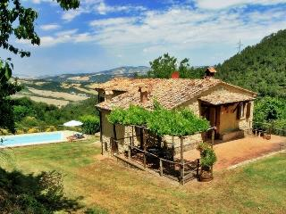 Typical rusctic Tuscan villa boasts private pool and amazing views, sleeps 6
