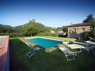 Cosy Tuscan farmhouse in beautiful hills, private grounds, swimming pool and garden