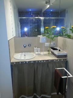 Bagno con box doccia, WC e bidet